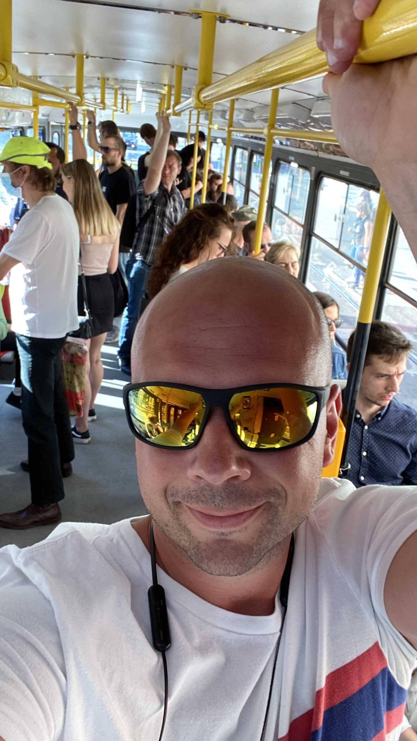 Piotr Weppe selfie w tramwaju