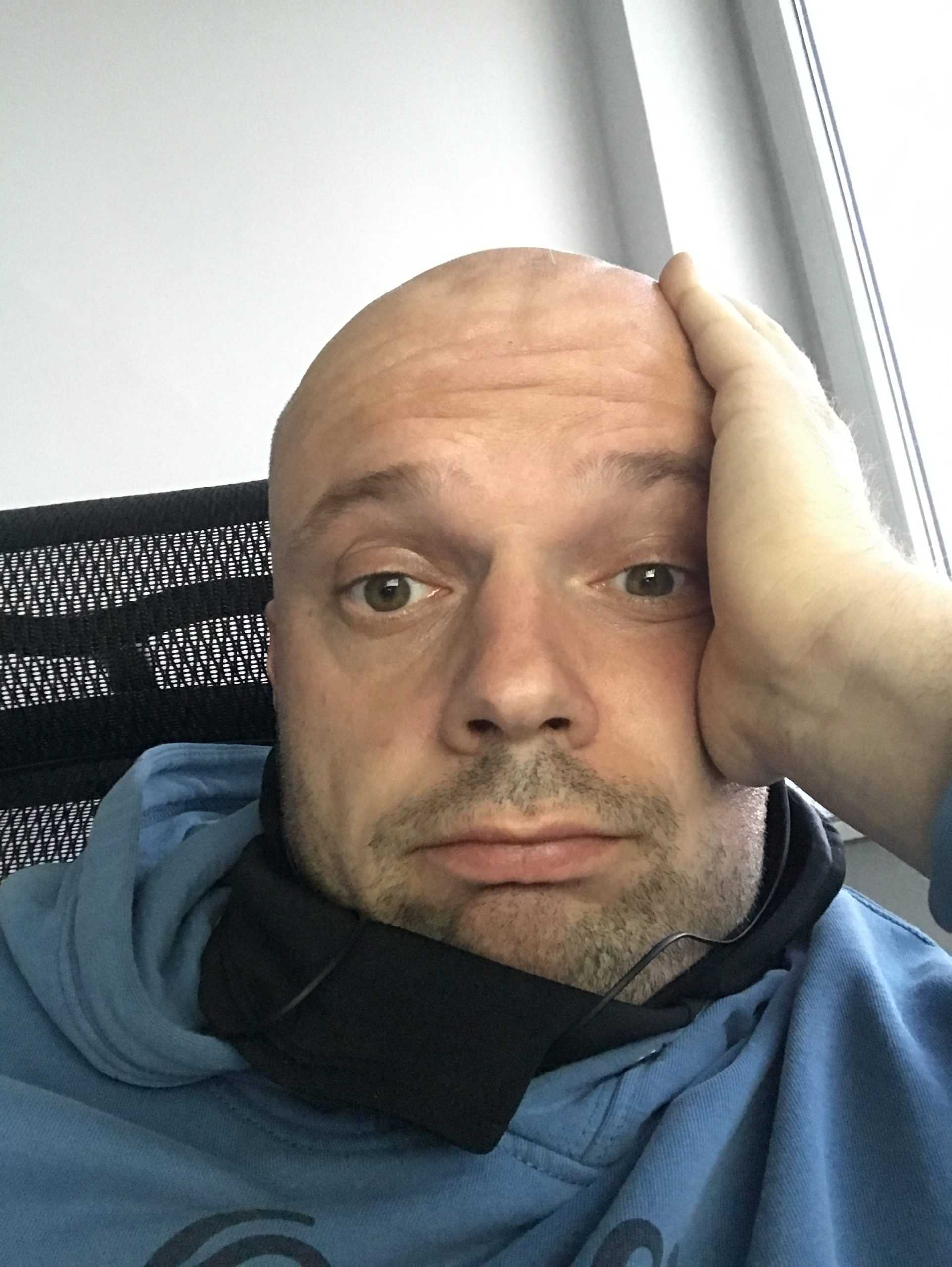 Piotr Weppe selfie w biurze